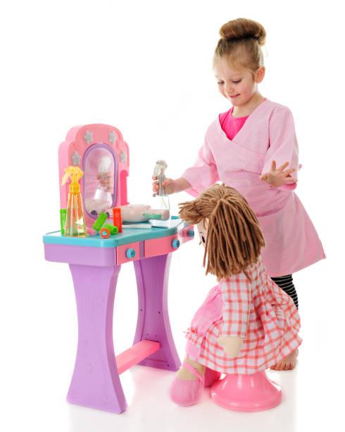 spielen beauty salon mit dolly - lila mädchen zimmer stock-fotos und bilder