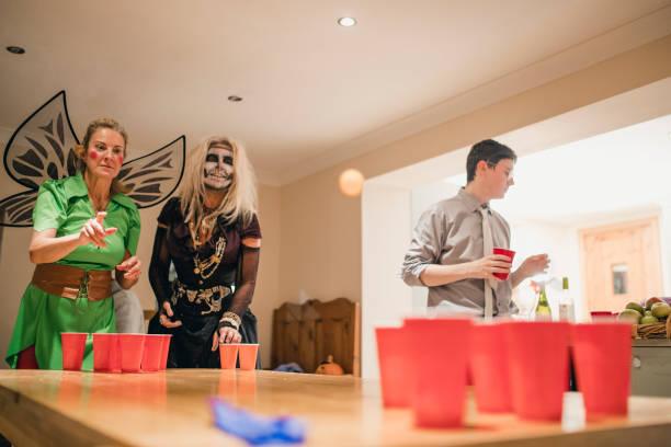 bier pomg spielen - lustige trinkspiele stock-fotos und bilder