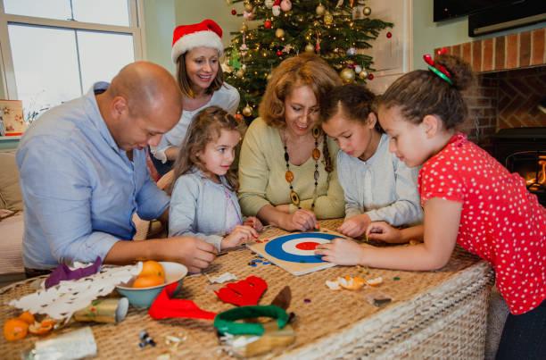 brettspiele zu weihnachten - weihnachten 7 jährige stock-fotos und bilder
