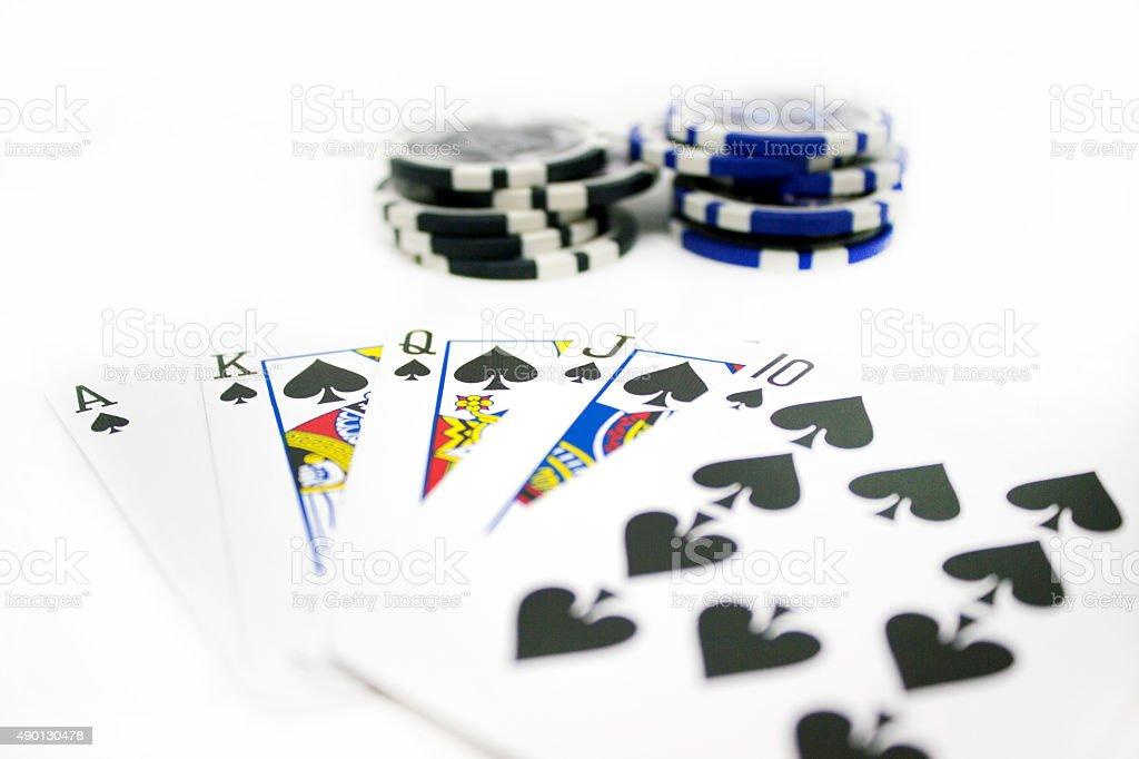 Jetons de Poker et cartes à jouer isolé sur fond blanc - Photo