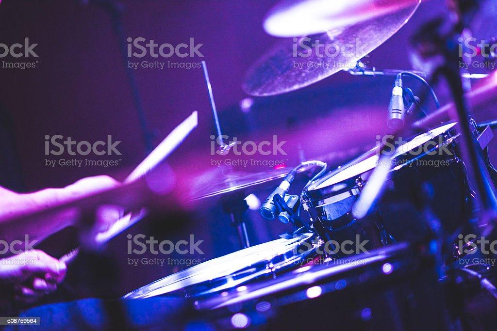 Tocando os tambores em um show de rocha - foto de acervo