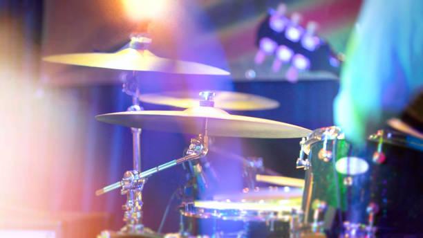 drums spelen op het podium - cimbaal stockfoto's en -beelden