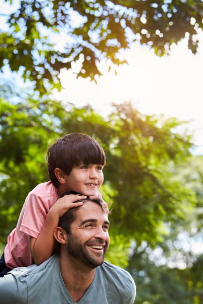 Vater und Sohn spielen – Foto