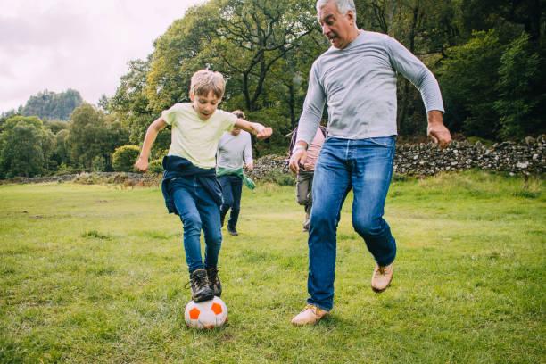 Jugando al fútbol con abuelo - foto de stock