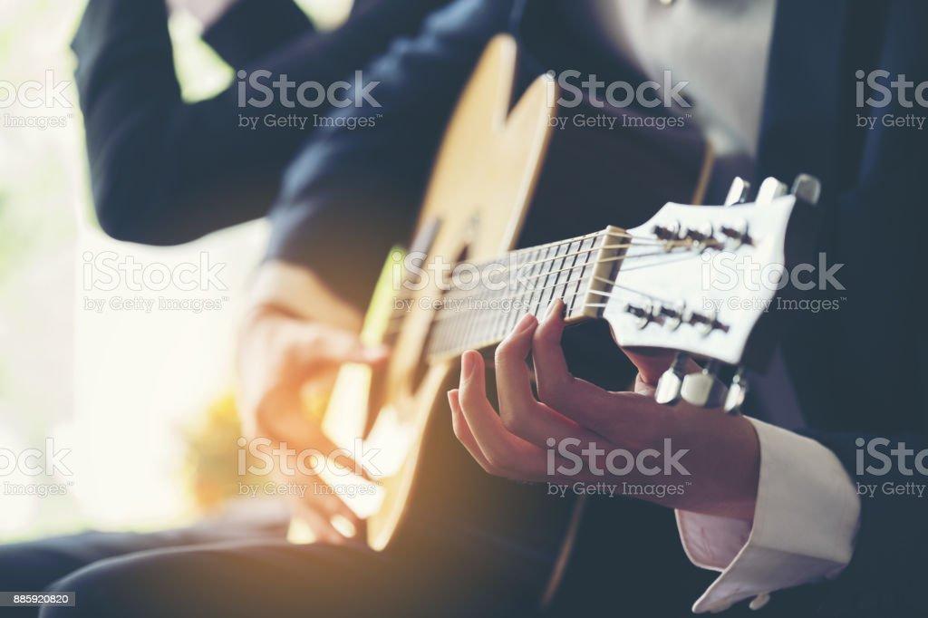 Spielen Gitarre und Konzert-Konzept. Live-Musikhintergrund. Musik-Festival. Instrument auf der Bühne und Band, Detail der klassische Gitarrist, Finger, hand auf Zeichenfolge. Akustisches Konzert Nahaufnahme. Spieler spielen Akkord. Holz-jazz, Rock-Performance. Griffbrett. – Foto
