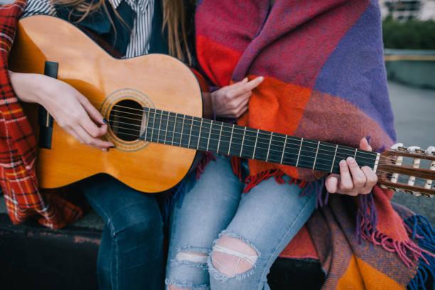 spielen gitarre und treffen auf dach, nahaufnahme - dachschräge einrichten stock-fotos und bilder