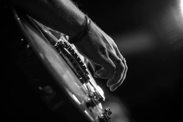 Spielt Gitarre – Foto
