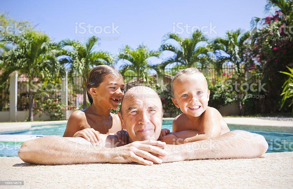 Jugando en la piscina con grandad - foto de stock