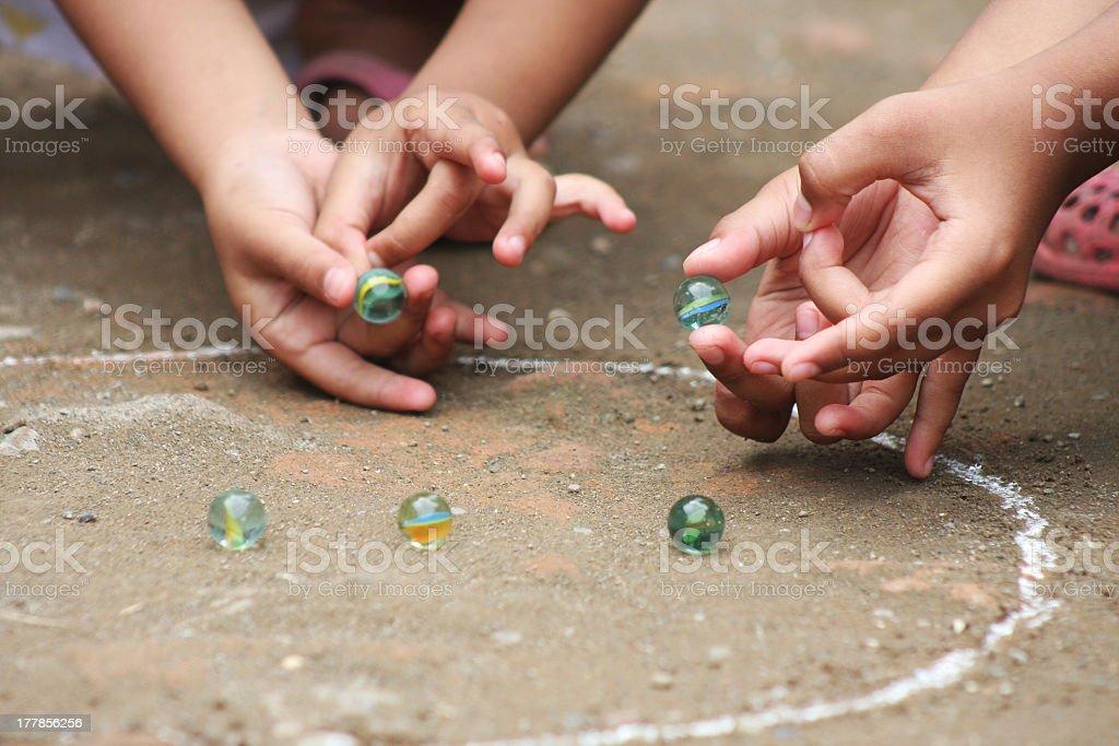 Tocando marbles de - foto de acervo