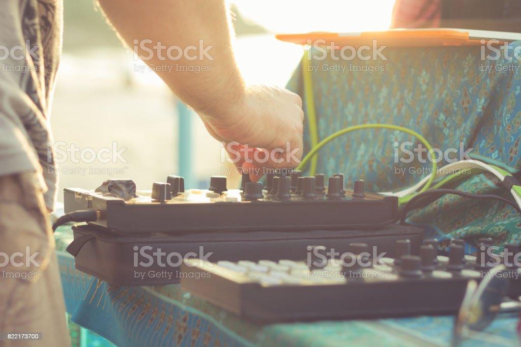 播放音樂的 DJ圖像檔