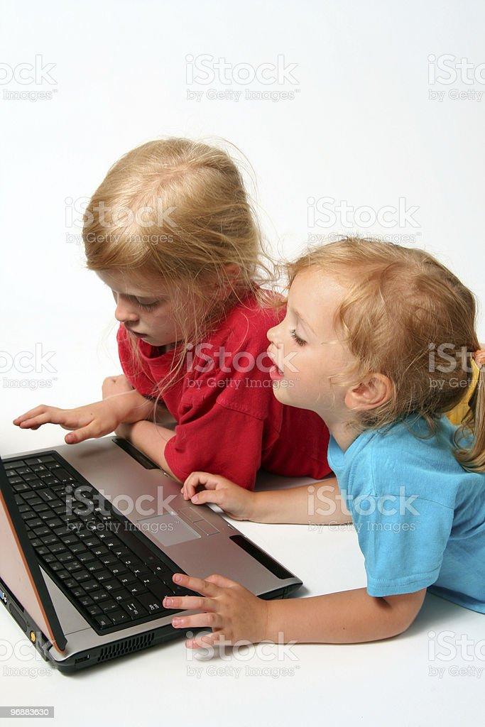Spielen auf laptop Lizenzfreies stock-foto