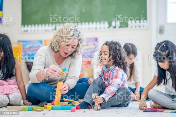 Foto de Jogando No Tapete e mais fotos de stock de 4-5 Anos
