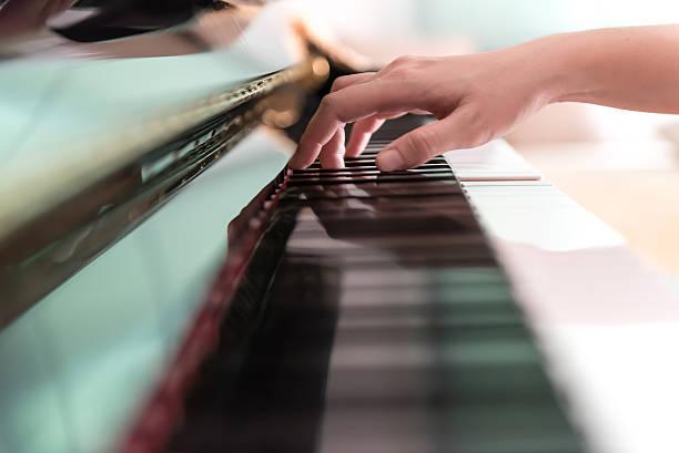 spielt klavier - kreatives schreiben übungen stock-fotos und bilder