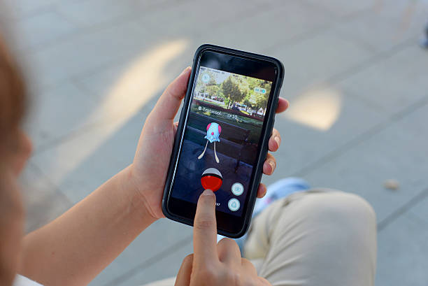 playing pokemon go - pflanzen pokemon stock-fotos und bilder
