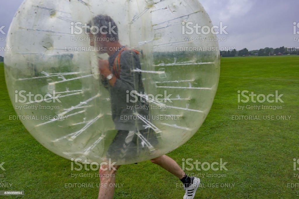 Jogando futebol em um bumperball - foto de acervo