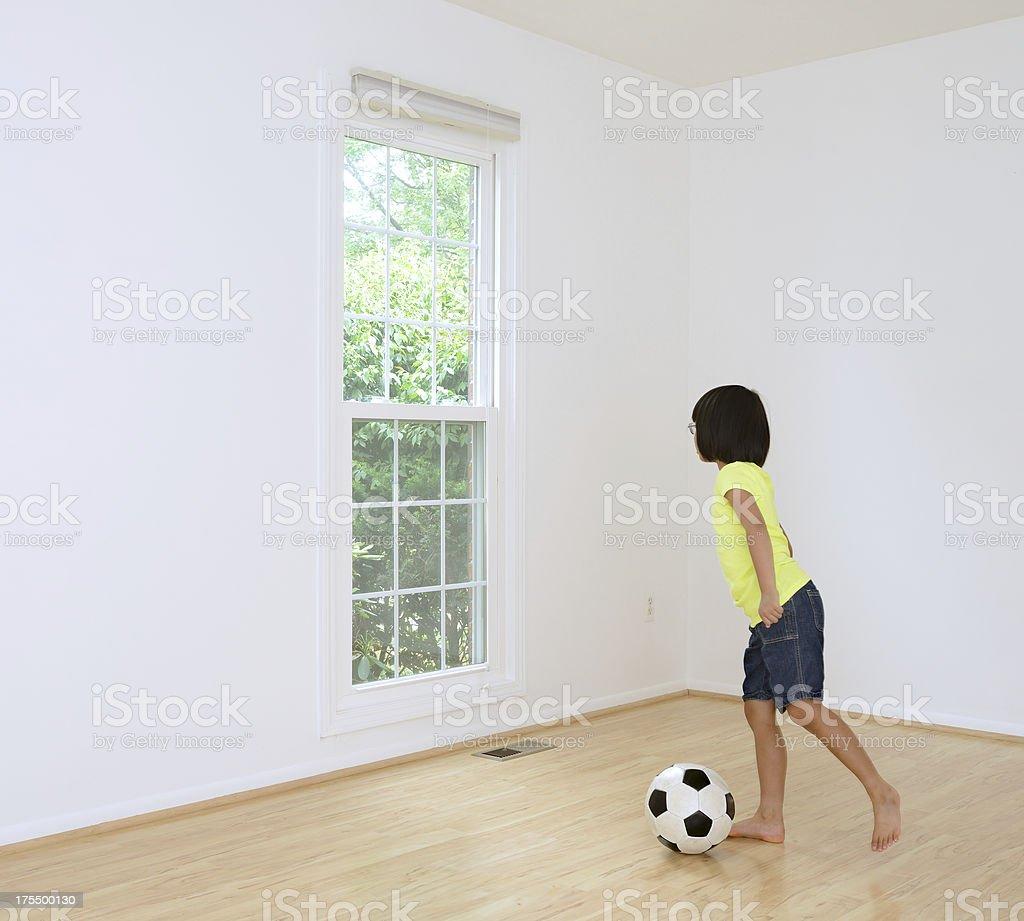 Giocare A Calcio In Casa Vicino Ad Una Finestra - Fotografie stock ...