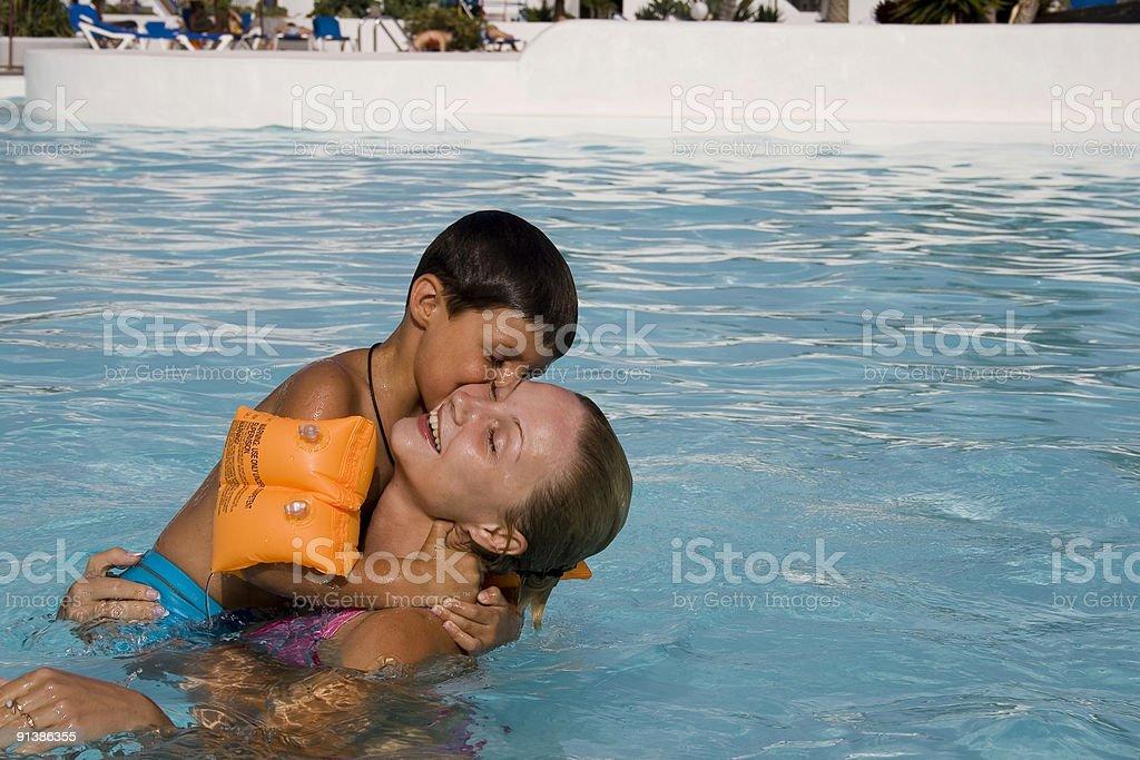 Sohn und Mutter spielen im pool – Foto