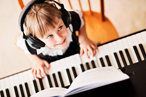 spielt das digitale klavier - piano noten stock-fotos und bilder