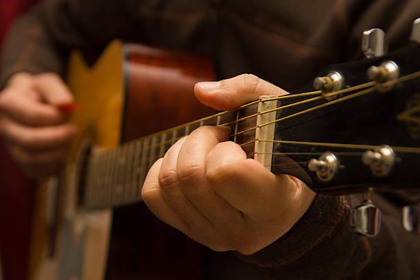 spielt gitarre - kreatives schreiben übungen stock-fotos und bilder