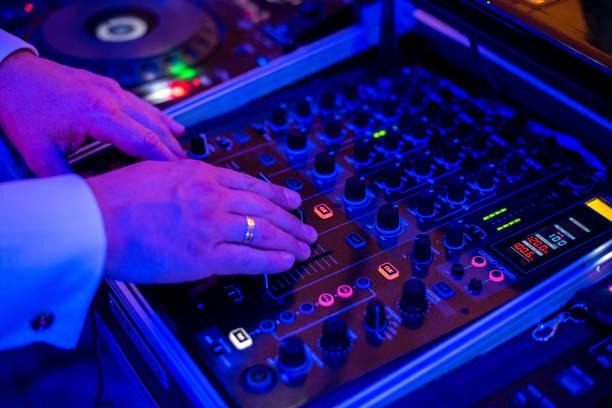 DJ jouant le mélangeur - Photo