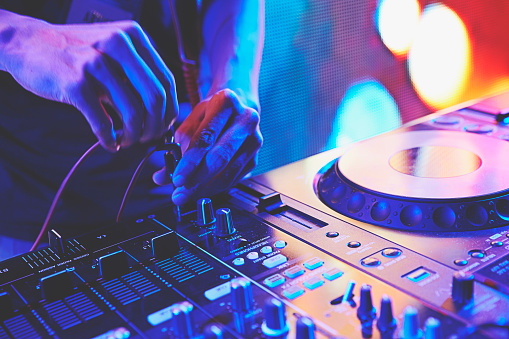 istock DJ playing the turntable 638550604
