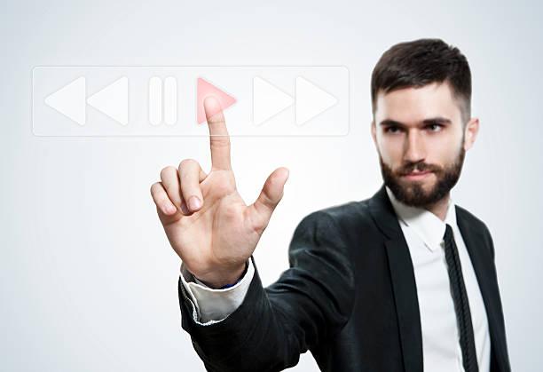 spielt touchscreen (klicken sie hier, um weitere informationen) - maus video stock-fotos und bilder