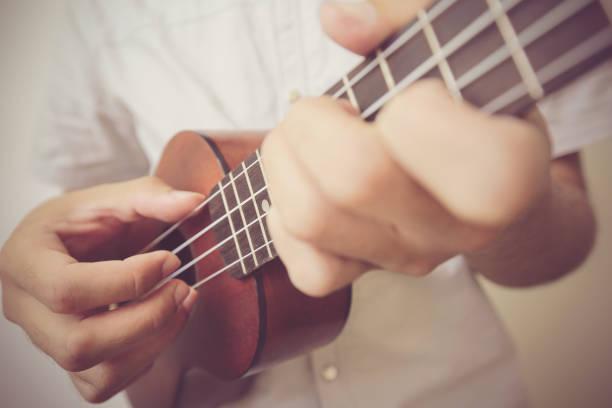 ukulele spielt - ukulele songs stock-fotos und bilder