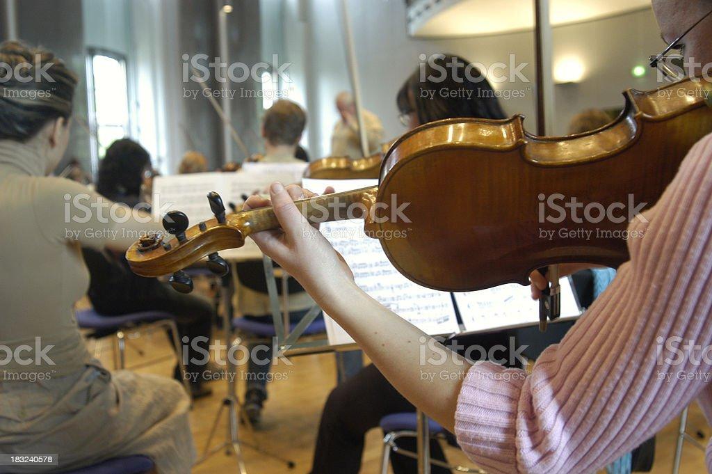 Spielt Violine Lizenzfreies stock-foto