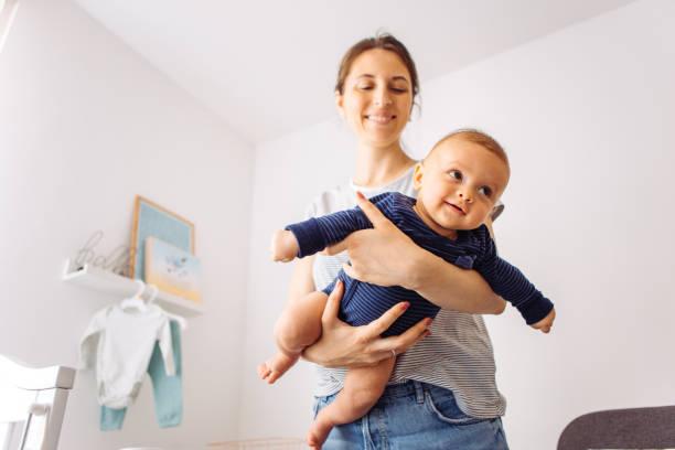 Jugar con el bebé - foto de stock
