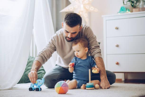 Jugando con el bebé hijo - foto de stock