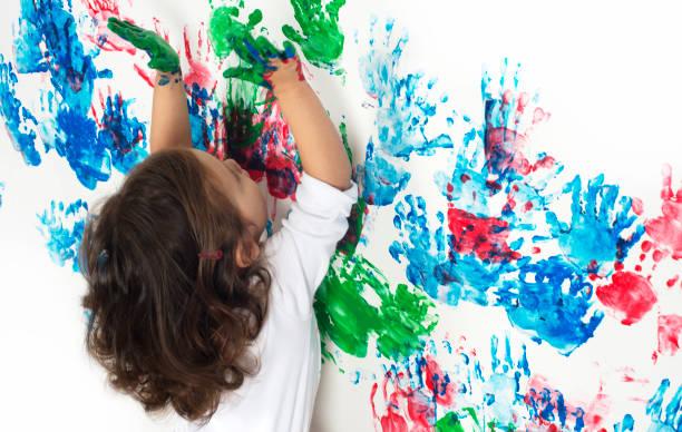 spielt mit farben - fingerfarben stock-fotos und bilder