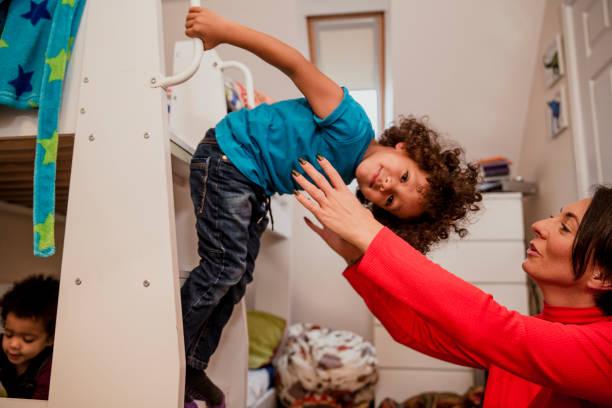 spielt mit mama - etagenbett weiss stock-fotos und bilder