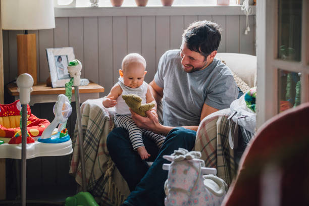 tiempo de juego con papá - padre que se queda en casa fotografías e imágenes de stock
