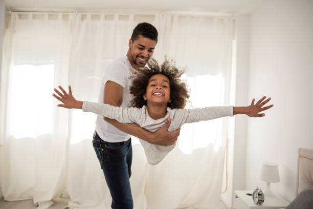 playtime con papá - intergénero fotografías e imágenes de stock