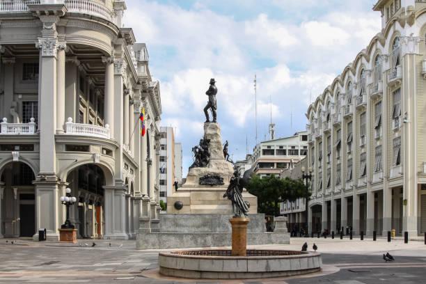 Plaza de la Administracion with sculpture and Palacio Municipal de Guayaquil – Foto