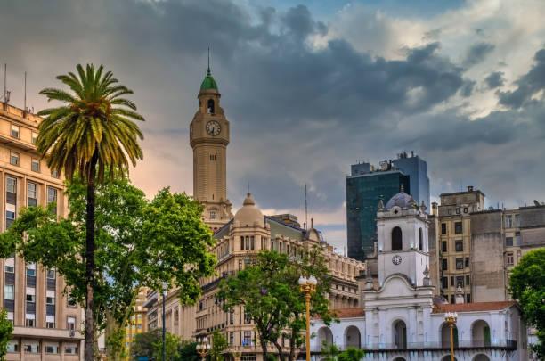 Plaza de Mayo (Maiplatz), der wichtigste Gründungsort von Buenos Aires, Argentinien. Es war Schauplatz der bedeutsamsten Ereignisse in der argentinischen Geschichte, sowie der größten Volksdemonstrationen im Land. – Foto