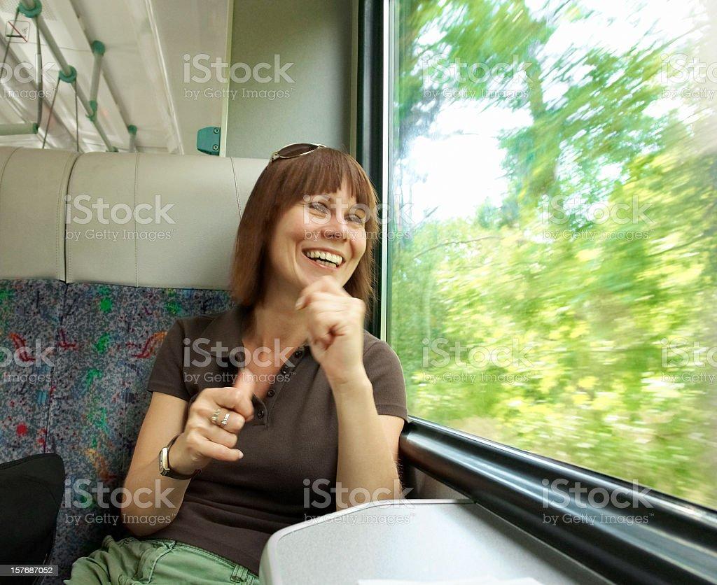 Buon Viaggio Felice Donna In Viaggio In Treno Vista Dalla Finestra