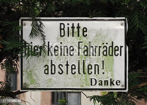 Bitte hier keine Fahrraeder abstellen (meaning Please do not park bicycles here) sign
