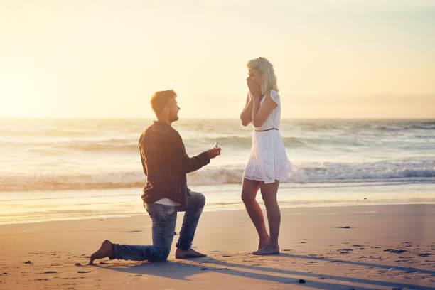 sagen sie bitte, dass sie meine frau werden! - verlobung stock-fotos und bilder