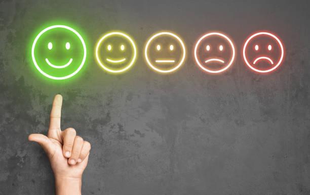 笑顔のアイコンでサービスを評価する喜んだクライアント - emotions ストックフォトと画像