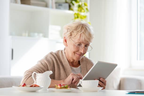 Zufrieden senior Frau mit digital-Tablette – Foto