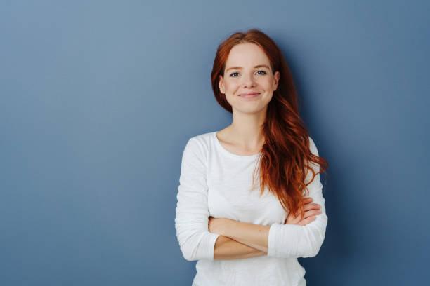 erfreuliche junge rothaarige frau mit einem strahlenden lächeln - 30 34 jahre stock-fotos und bilder