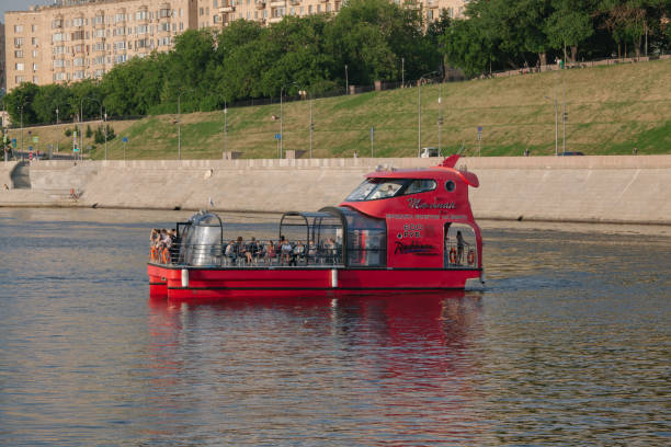 Vergnügungsboot über dem Moskauer Fluss – Foto