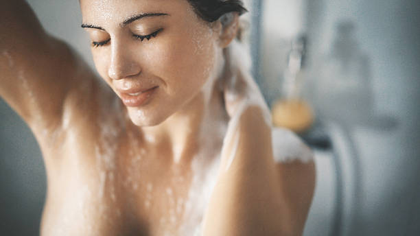 pleasure of a shower. - seulement des adultes photos et images de collection