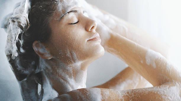 vergnügen einer dusche. - duschen stock-fotos und bilder