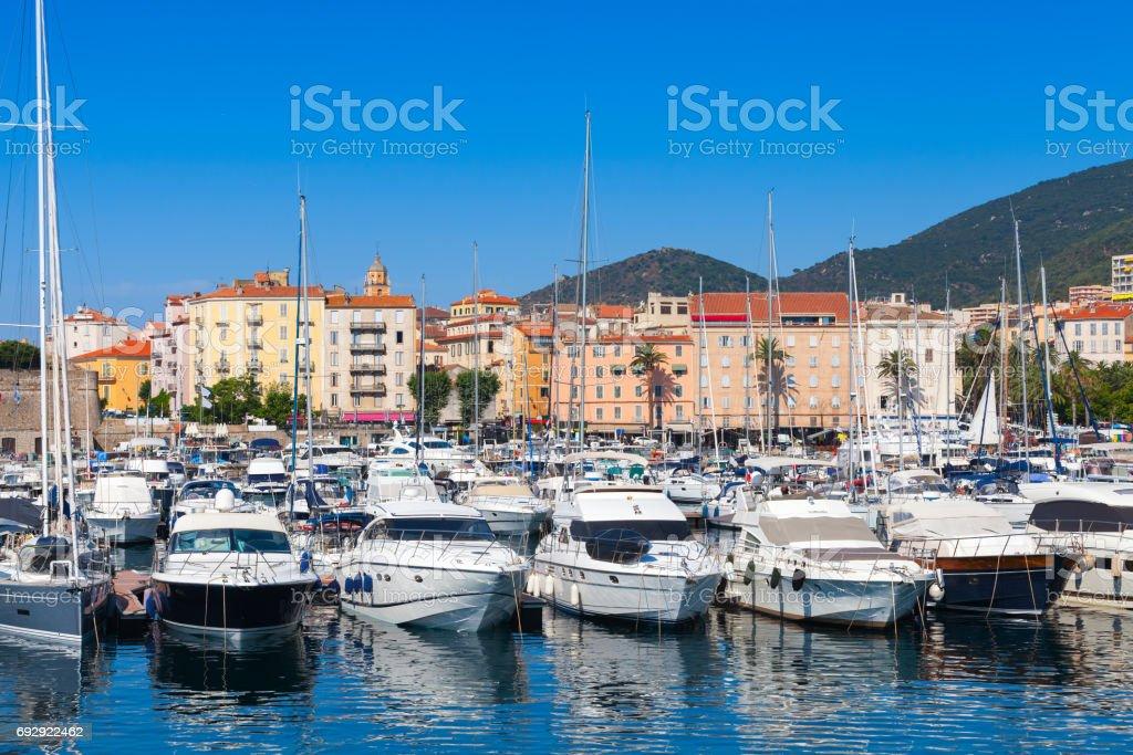 Yates de recreo atracada en el puerto de Ajaccio - foto de stock