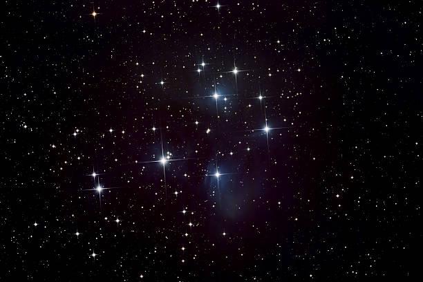 das pleiades star cluster und nebel - sternhaufen stock-fotos und bilder