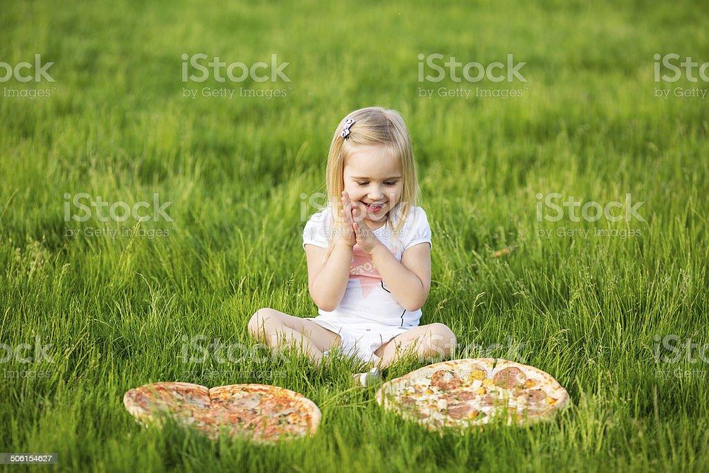 Viel essen und ein kleines Mädchen – Foto