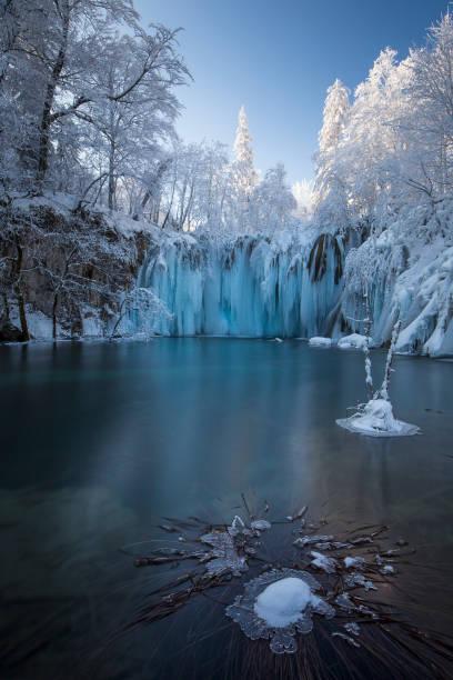 nationalpark plitvicer im winter - nationalpark plitvicer seen stock-fotos und bilder