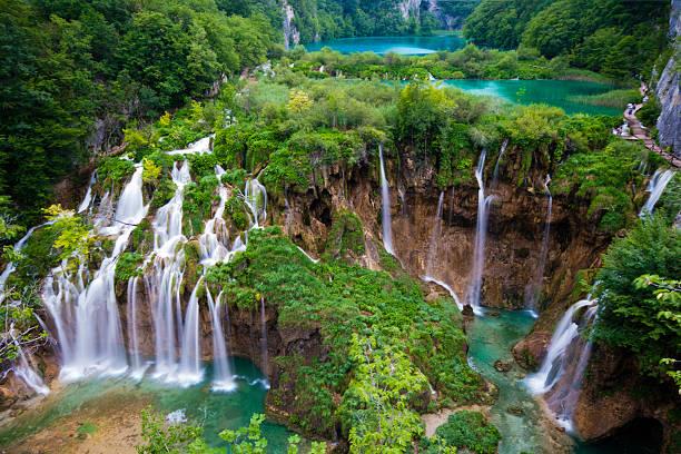 nationalpark plitvicer größten wasserfälle frühling - nationalpark plitvicer seen stock-fotos und bilder